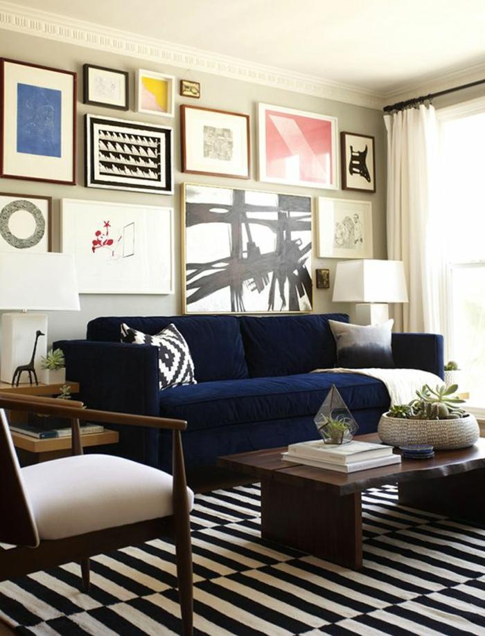 sofa blau streifenteppich wanddeko weiße gardinen