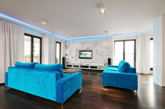 sofa blau weiße gardinen led streifen schöne wohnwand holzboden