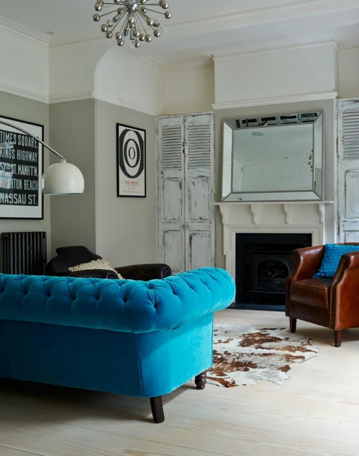 sofa blau weiße wände fellteppich brauner ledersessel