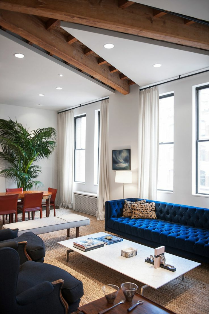 sofa blau weißer couchtisch offener wohnplan pflanze essbereich