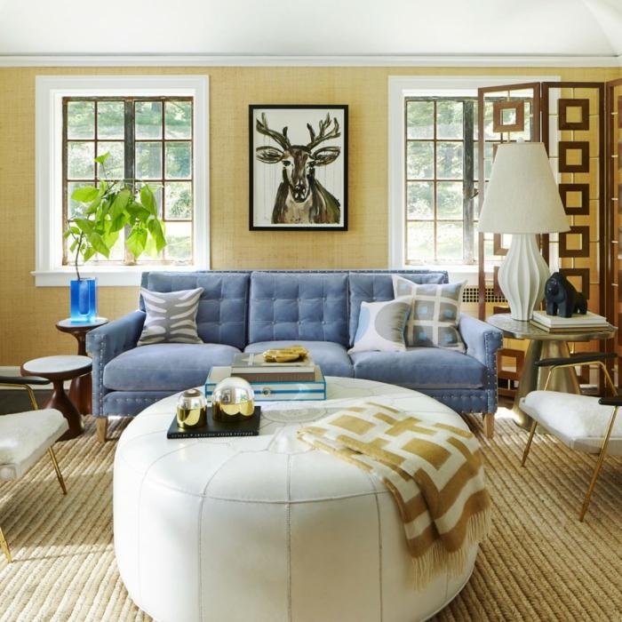 sofa blau weißer couchtisch sisalteppich gelbe wände