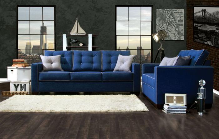 sofa blau weißer teppich offene regale ziegelwände