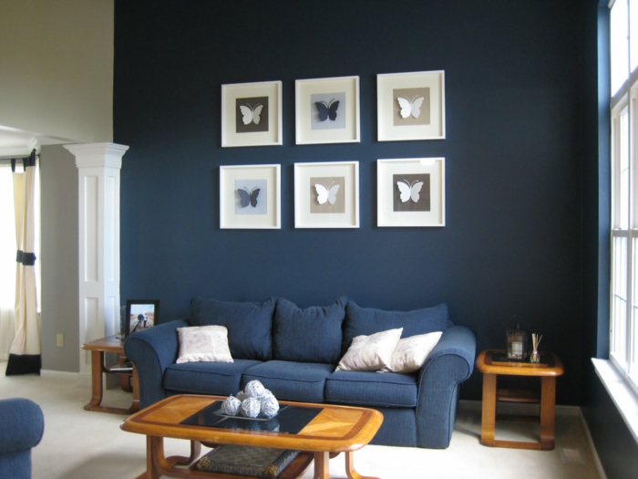 sofa blau wohnzimmer einrichten dunkle wände kleiner raum