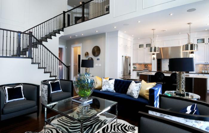 sofa blau zebra teppich gläserner couchtisch stilvolle sessel