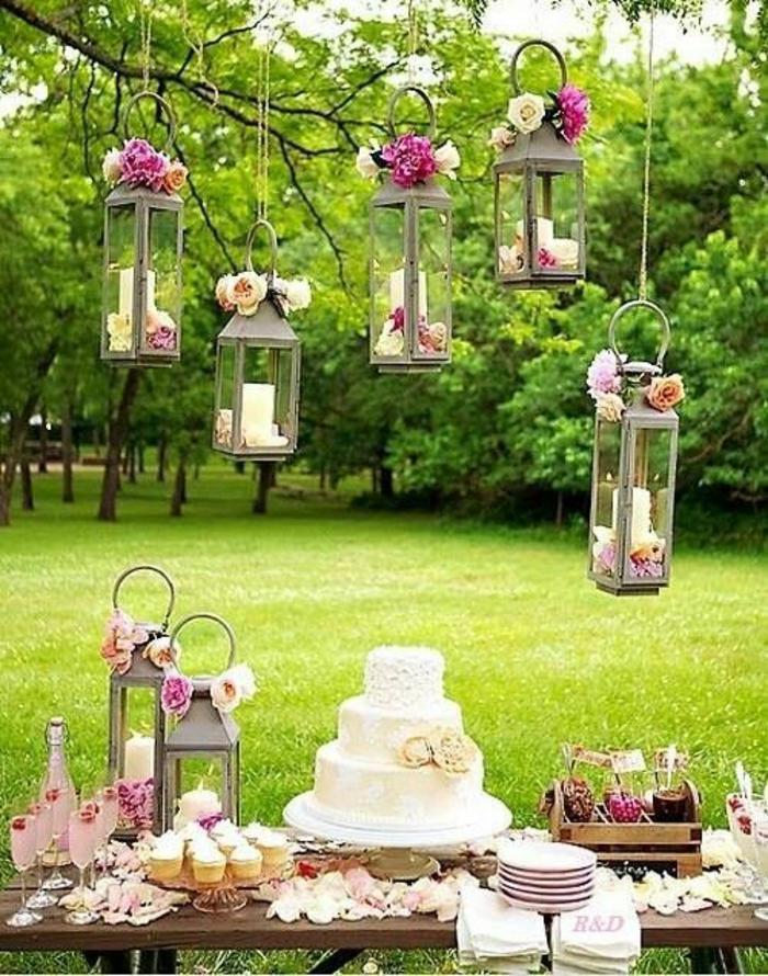 sommerparty deko gartenideen gartenparty organiesieren metallene laternen kerzen rosen torte
