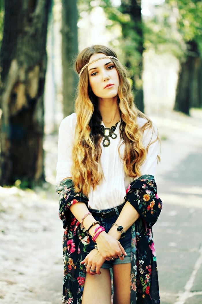 sommerparty deko gartenideen hippy kleidung boho stil blumenmuster haarschmuck