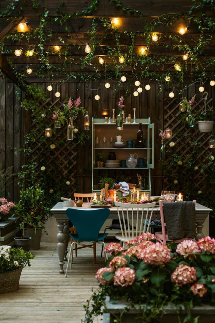 sommerparty deko gartenideen lichterketten hortensien vintage stühle esstisch holzpergola