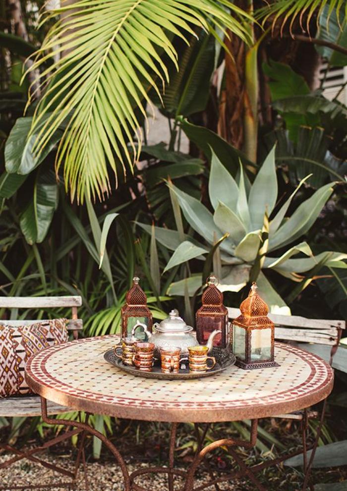 sommerparty deko gartenideen partydeko runder marokkanischer tisch metallene windlichter teetassen orientalisch