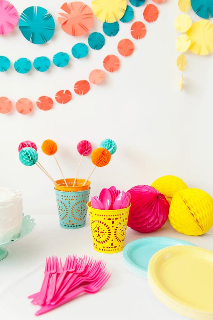 sommerparty deko gartenparty farbiges geschirr papierdeko