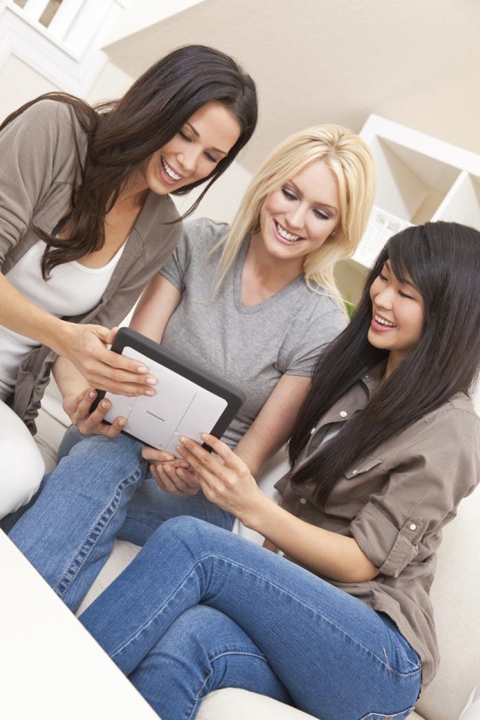stress abbauen gespräch unter freundinnen sich amüsieren