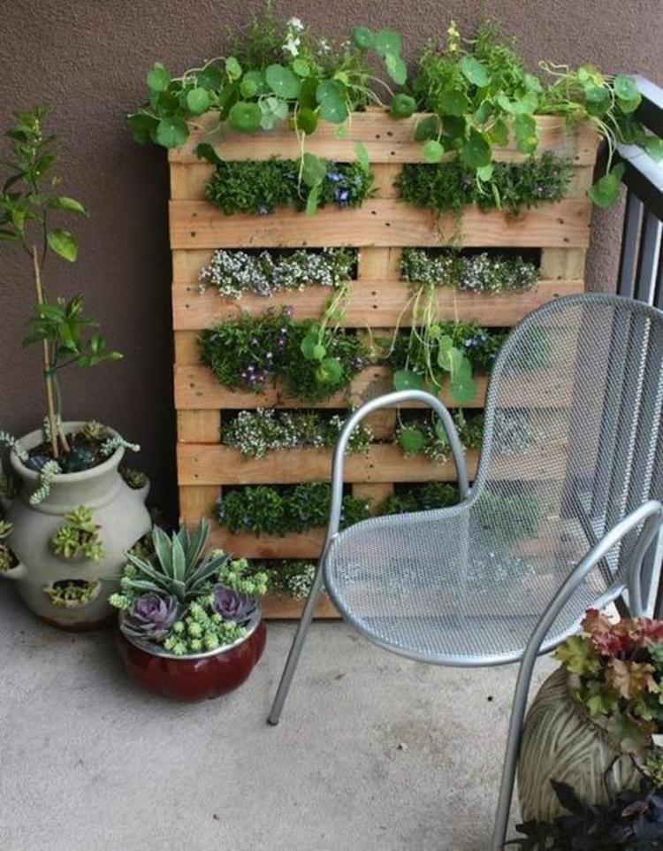 vertikaler Garten Anleitung Gartenmöbel aus Paletten DIY Projekte vertikale Begrünung