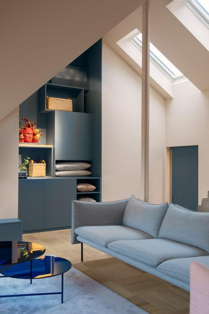 wandfarbe rosa dachgeschoss blaues sofa wandregale schränke couchtisch blau glas