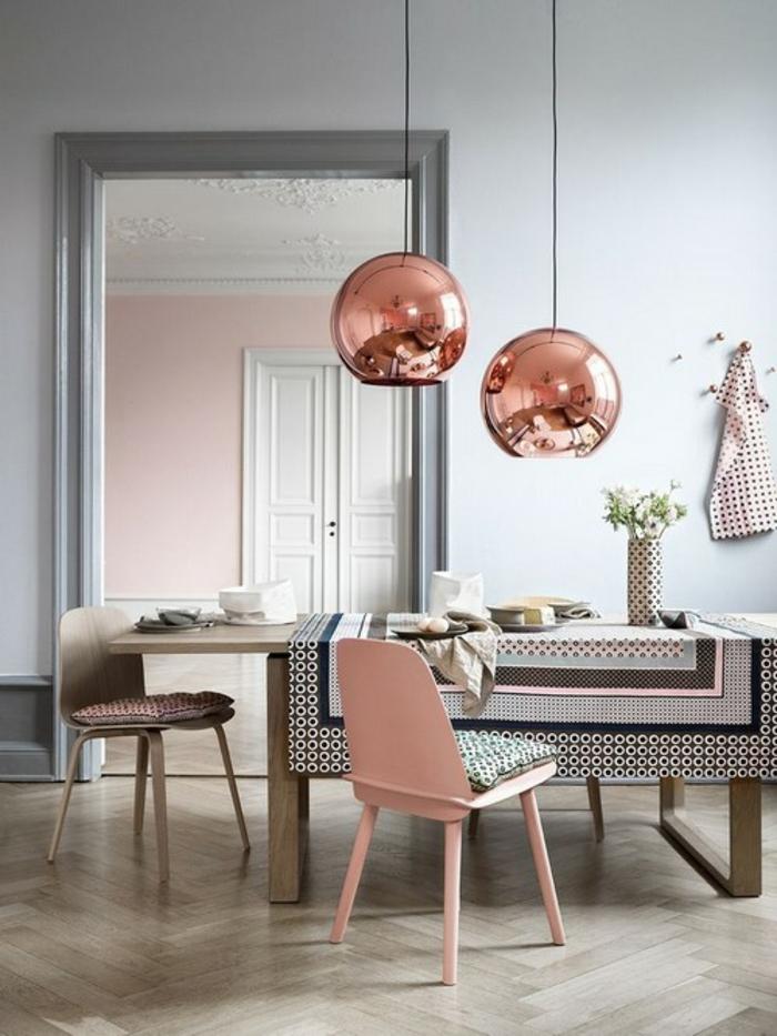 wandfarbe rosa esszimmer kupfer farbe pendelleuchten esstisch holz stühle
