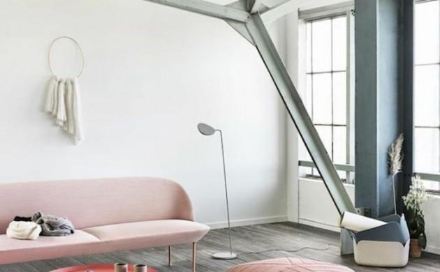 wandfarbe-rosa-loft-wohnung-polstermöbel-sofa-pouf-beistelltisch-teppichläufer-moderne-stehleuchte