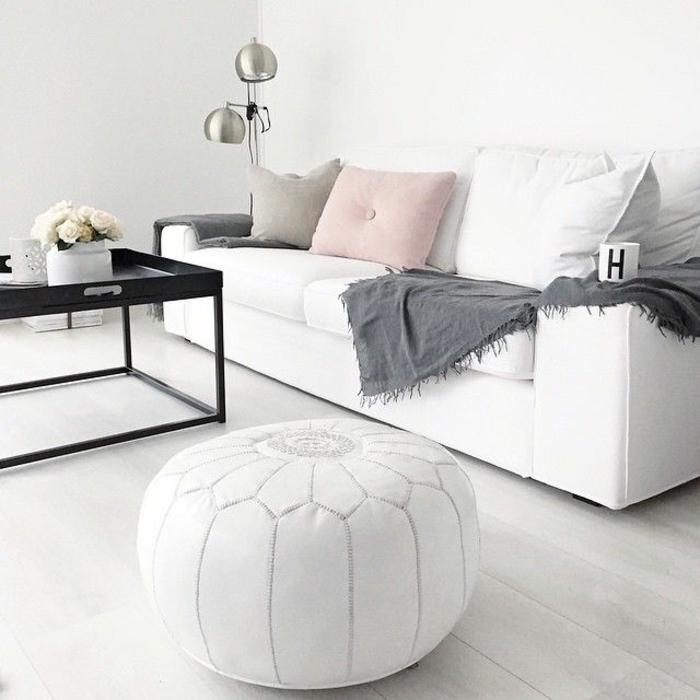 wandfarbe rosa weiß wohnzimmer einrichten lederpouf sofa kissen wolldecke grau