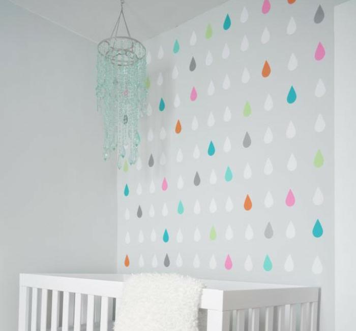 wandgestaltung ideen diy wanddekoration bunte regentropfen babybett kinderzimmer