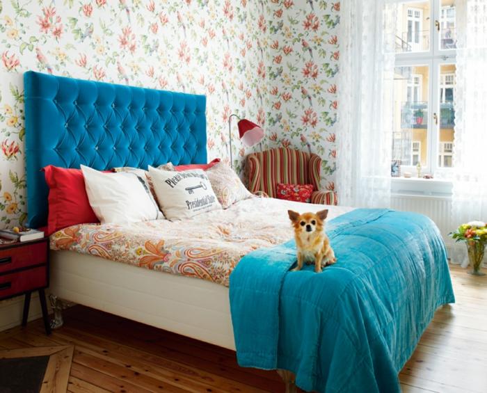 wandgestaltung ideen schlafzimmer blumen vögel holzboden farbige akzente