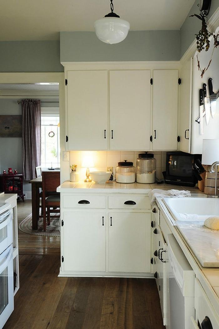 wohnideen küche kleine küche einrichten weiße küchenschränke handgriffe
