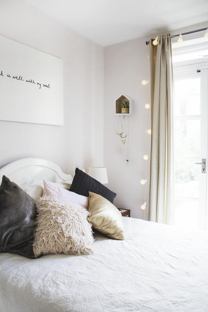wohnideen schlafzimmer schwarze dekokissen weißes ambiente