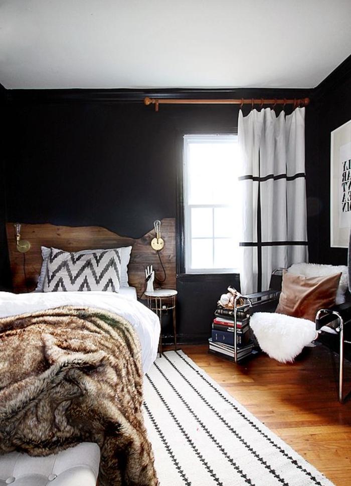 wohnideen schlafzimmer schwarze wände teppich streifen weiß rustikal felldecke gardinen