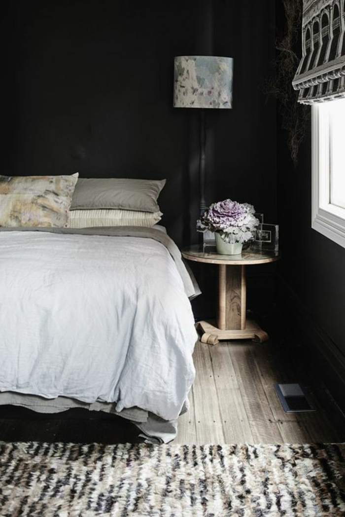 wohnideen schlafzimmer schwarze wandfarbe holzboden teppichläufer blumen