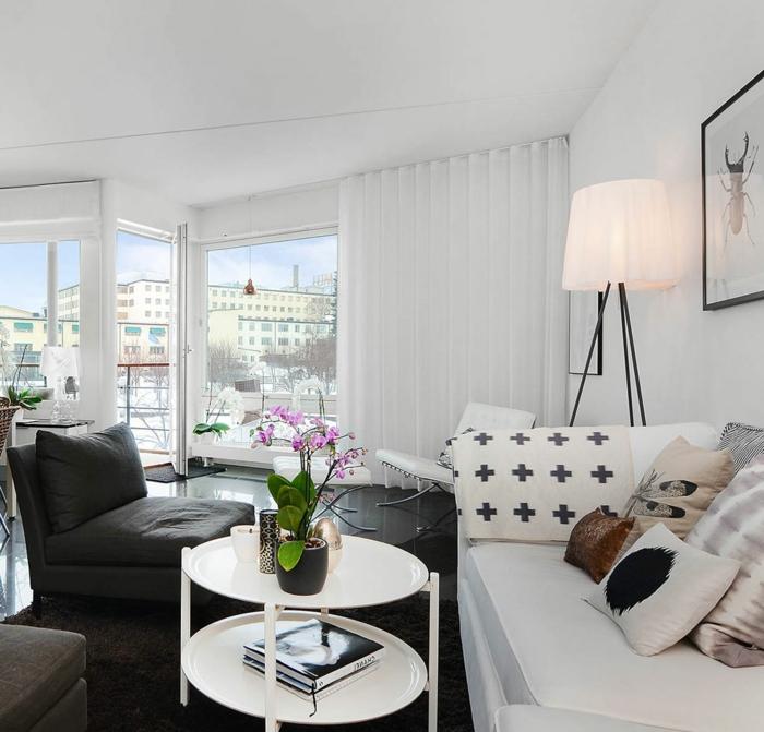 Wohnzimmer Couch Schwarzer Boden Blumen