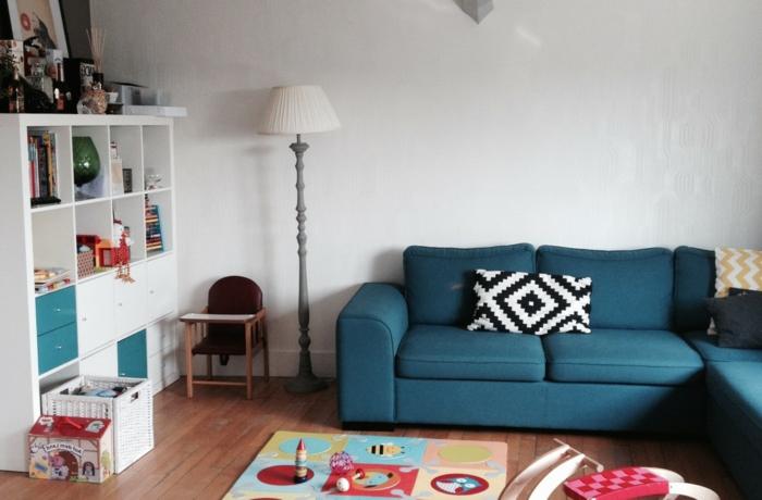 Wohnzimmer Einrichten Blaues Ecksofa Spielzeuge Stauraum