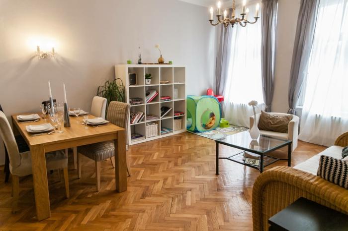 wohnzimmer einrichten kinderfreundlich spielecke spielzeug parkett esstisch rattanmöbel