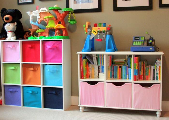 wohnzimmer einrichten kinderfreundliche einrichtung bunte stoffe spielzeug regale