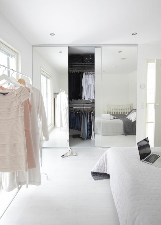 Kleiderschrank mit Schiebetüren raumhoch eingebaut Spiegel Frauen Schlafzimmer