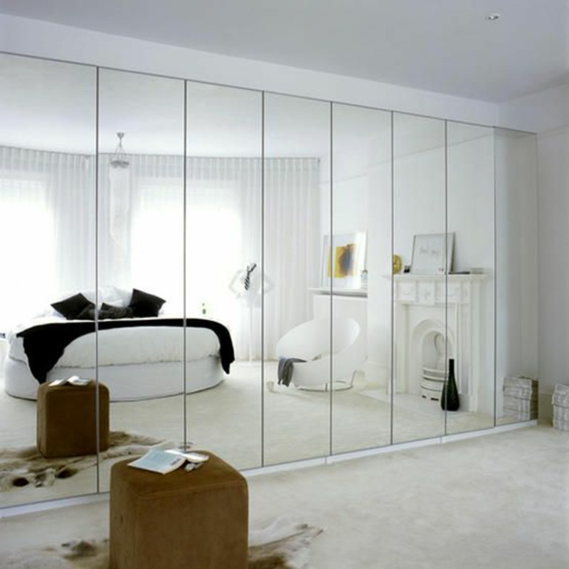 Kleiderschrank mit Schiebetüren raumhoch eingebaut Spiegeltwand Schlafzimmer Design