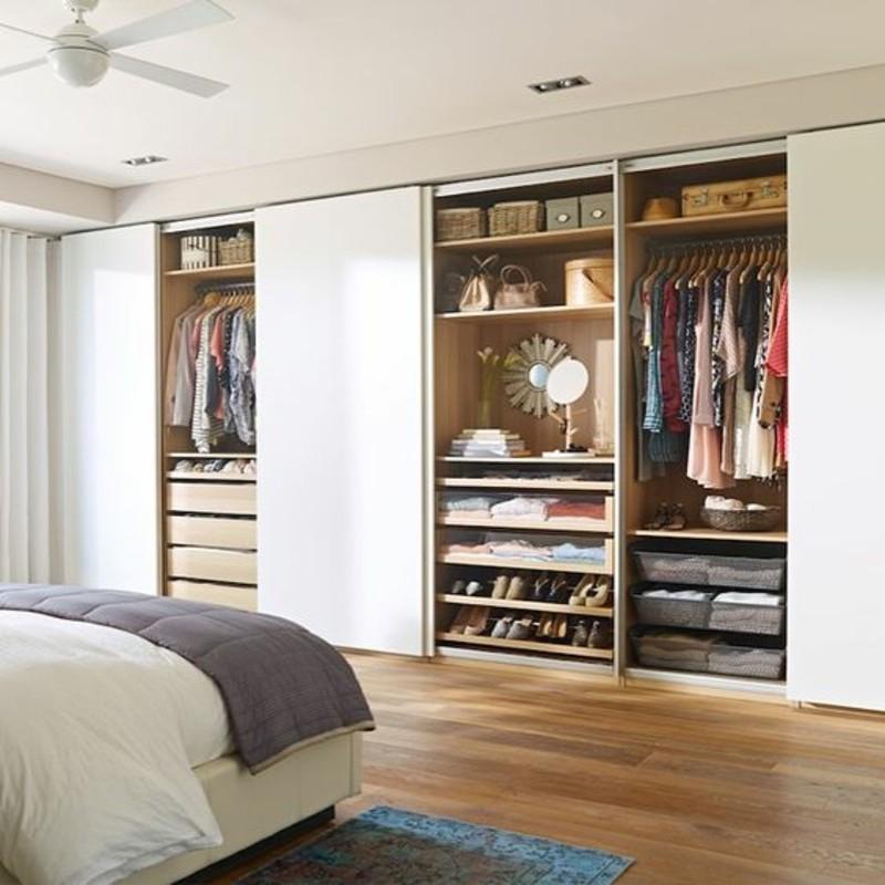 Kleiderschrank mit Schiebetüren raumhoch eingebaut groß Hochglanz