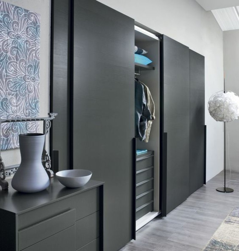Kleiderschrank mit Schiebetüren raumhoch eingebaut schwarz