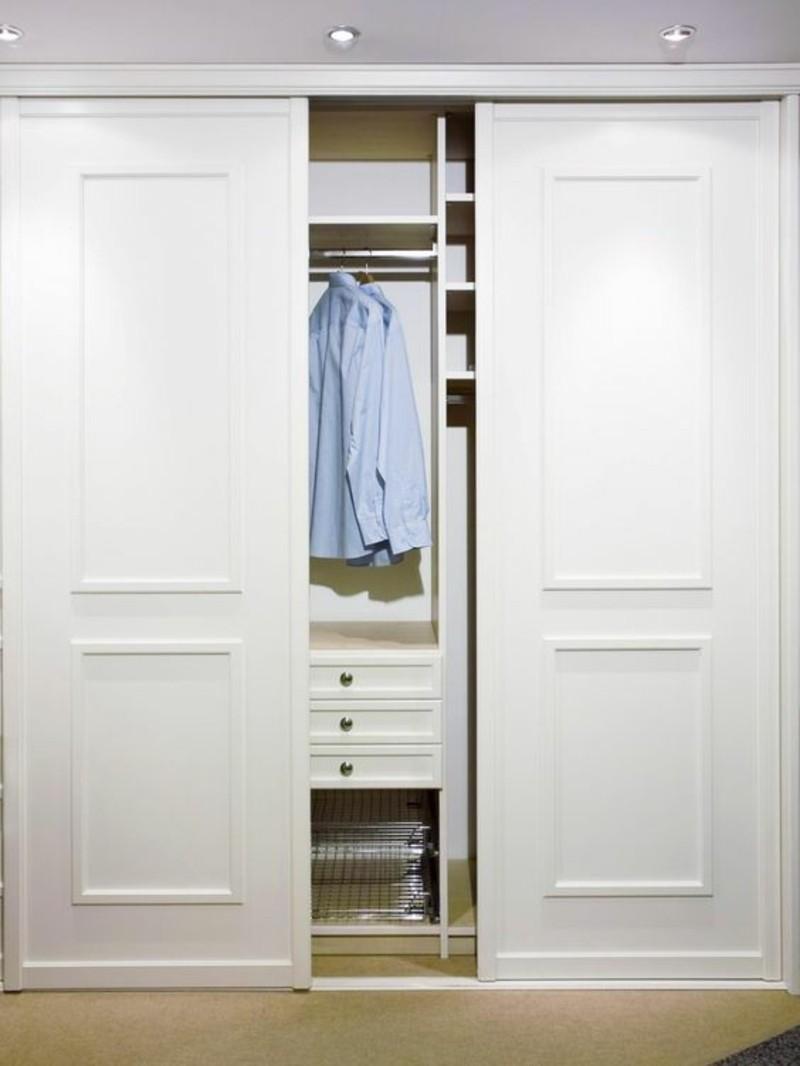 Kleiderschrank mit Schiebetüren raumhoch eingebaut weiß