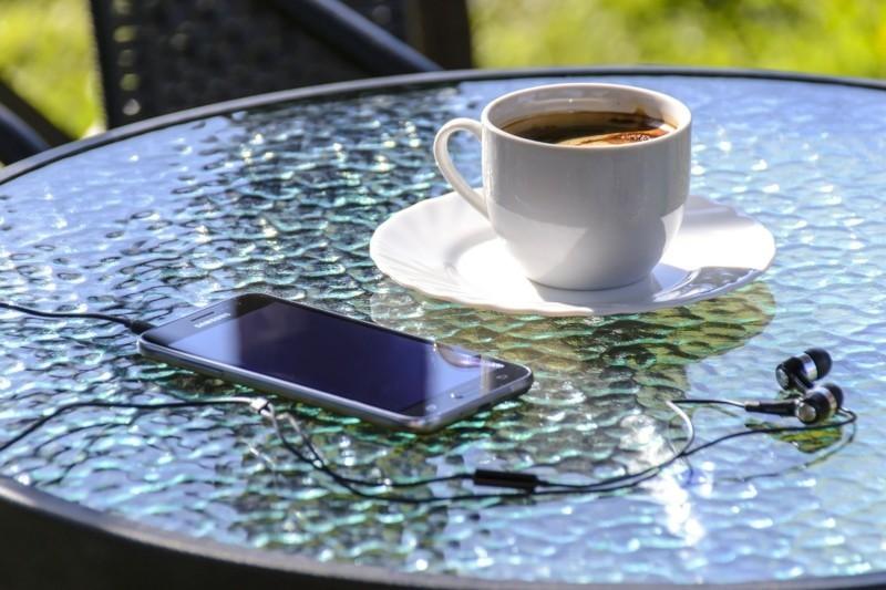 Reisepakete Smartphone Urlaub Kafffee Sommerurlaub