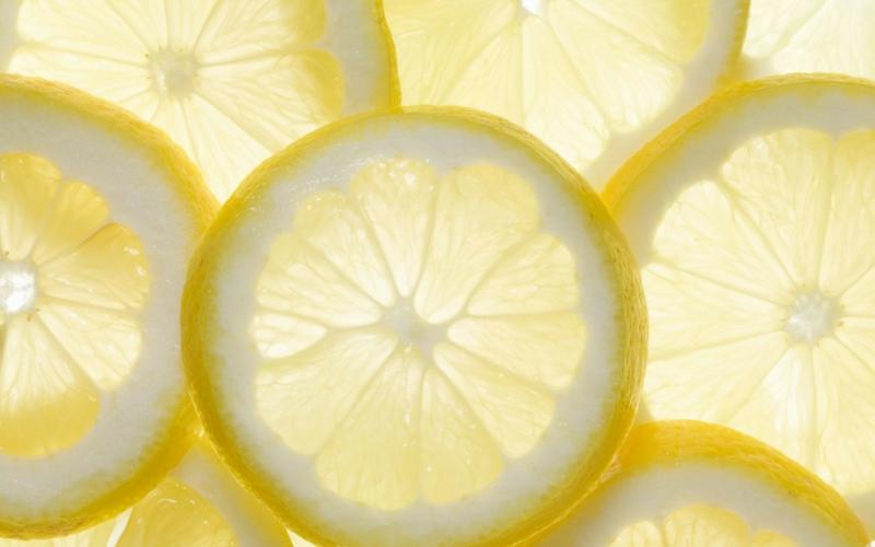 Wasser mit Zitrone trinken gesunde Lebensweise Zitrone