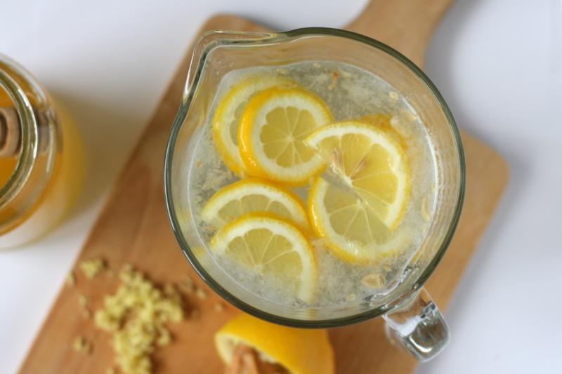 Wasser mit Zitrone trinken heißes Wasser Honig Zitrone gesund