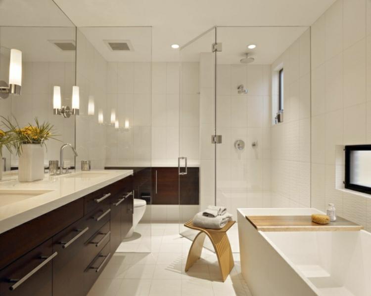 badeinrichtung stauraum feng shui spiegel wandleuchten badewanne pflanzen
