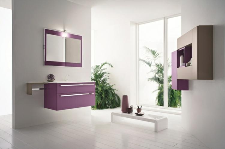 Badezimmer Gestalten Lila Schränke Pflanzen Badspiegel Weiße Wände