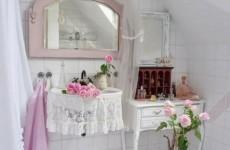 badezimmer-shabby-chic-badeinrichtung-wandspiegel-rosen-spitze-duschvorhänge