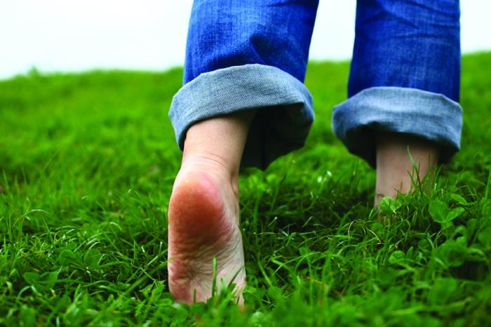 barfuß laufen gesund leben hauptsache gesund lebe gesund fusspflege fußpflege gras