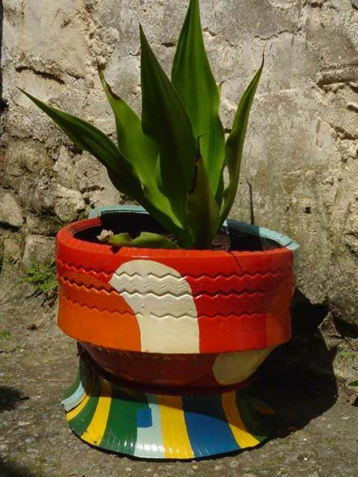 deko garten alte autoreifen farbig machen pflanzenbehälter