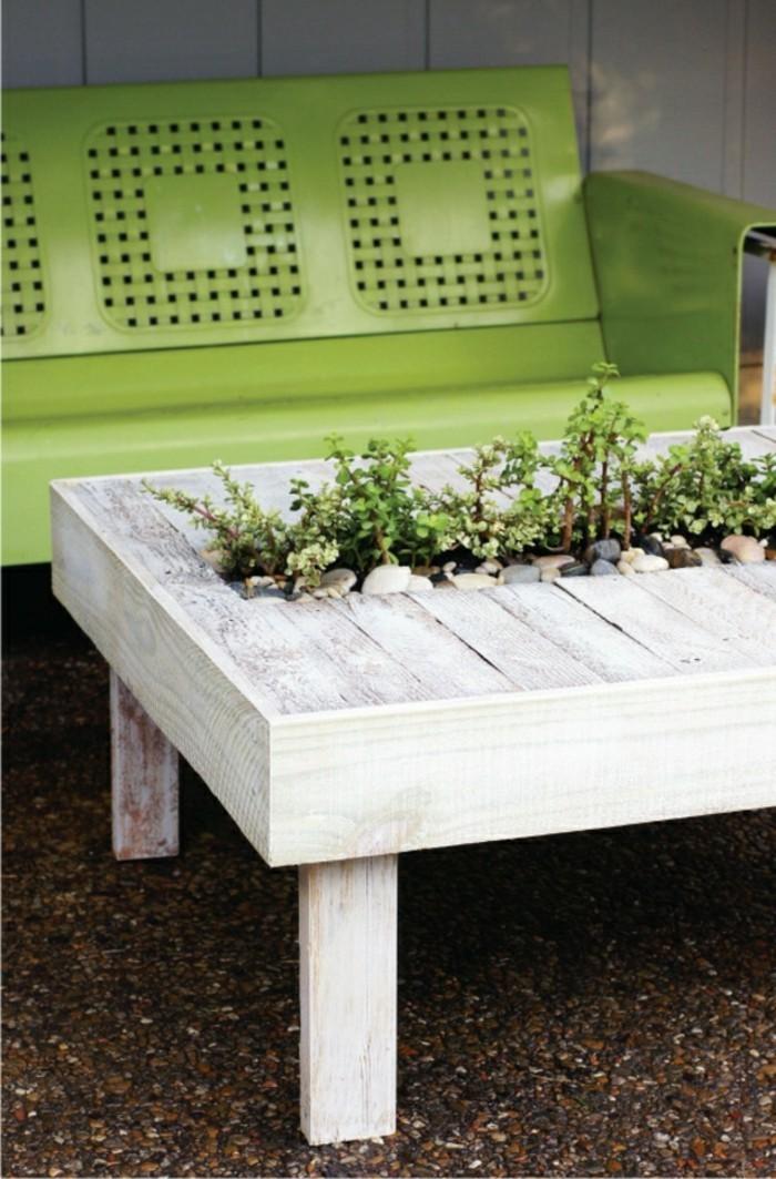 deko garten gartentisch rustikal blumen eingepflanzt grüne sitzbank