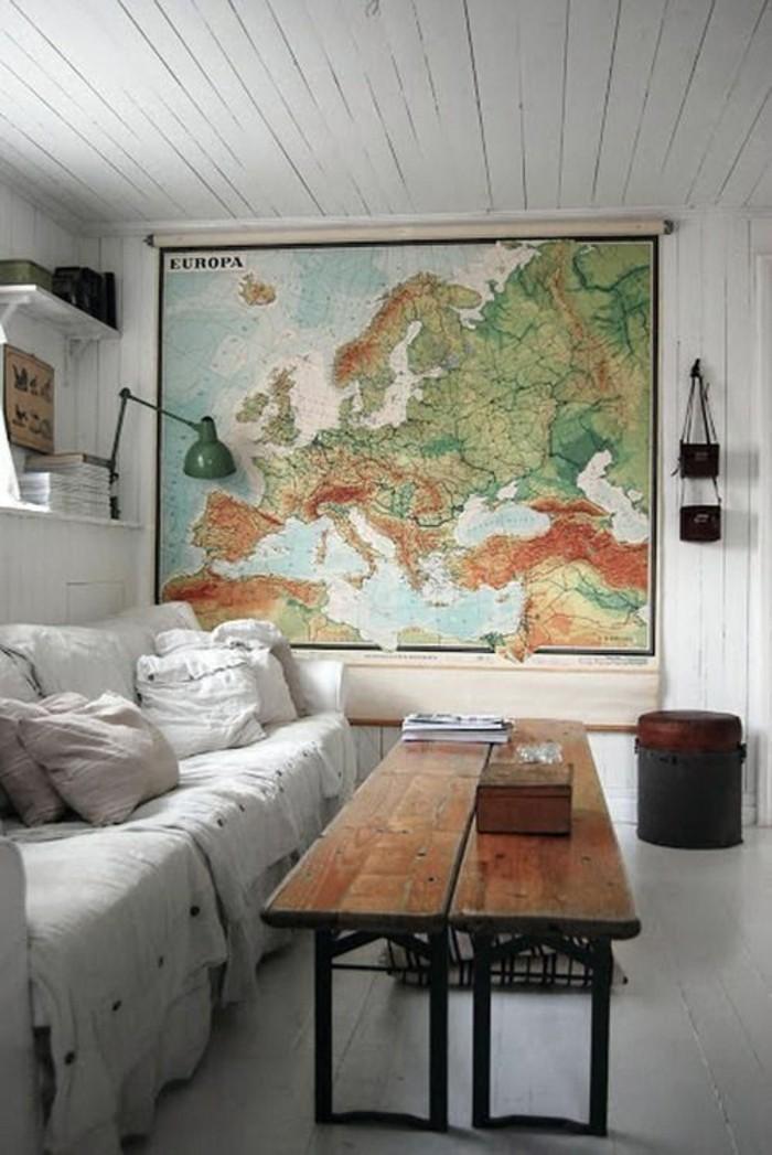 dekoideen wohnzimmer rustikaler tisch weltkarte wanddeko
