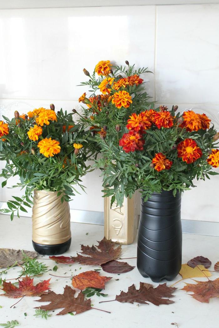 diy ideen plastikflaschen vasen blumendeko herbstblätter