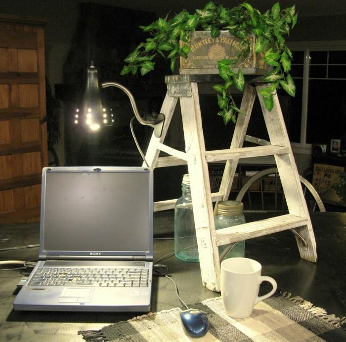 Upcycling Ideen einrichtungbeispiele diy ideen holzleiter indirekte beleuchtung wandregal büro