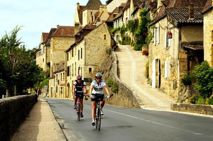 fahrrad weltreise bergen bike fahren dörfer frankreich dordogne fluss