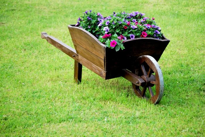 gartengestaltung alte schubkarre upcycling ideen pflanzkübel sommerblumen petunien