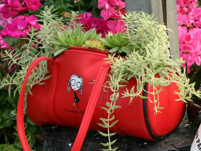 gartengestaltung pflanzenkübel alte tasche sukkulenten