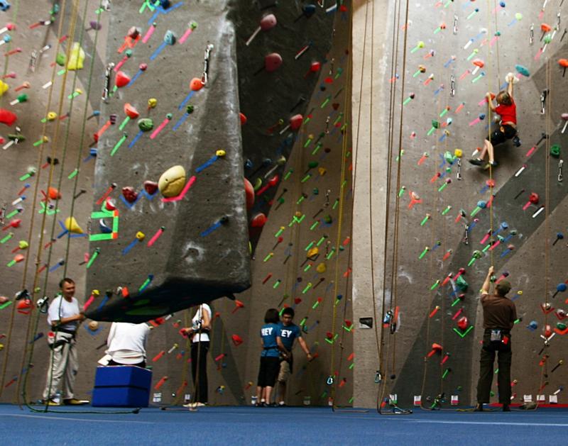 gesund abnehmen Sport treiben klettern Kletterwand